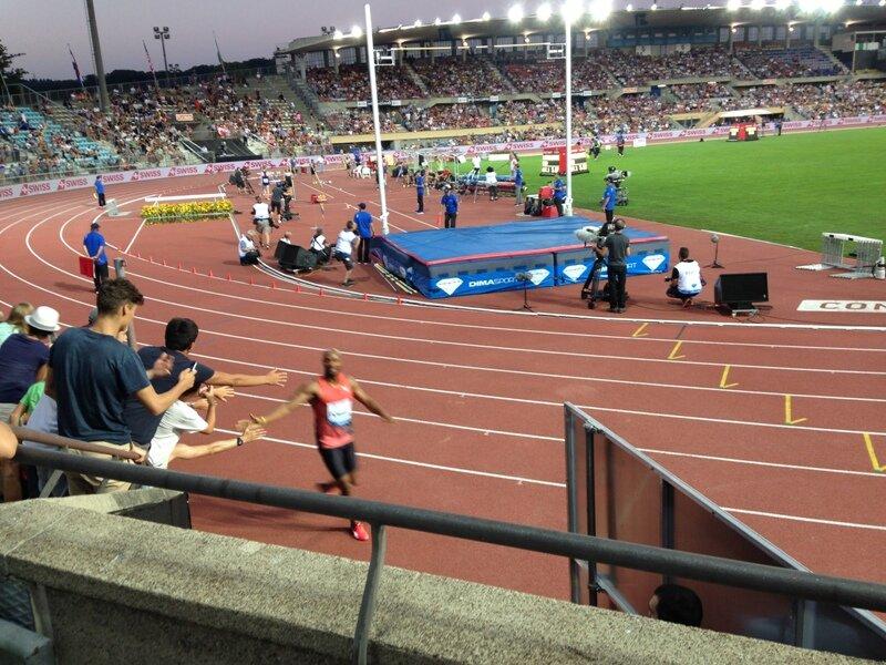 Asafa Powell podczas rundy honorowej po zwycięstwie na 100m